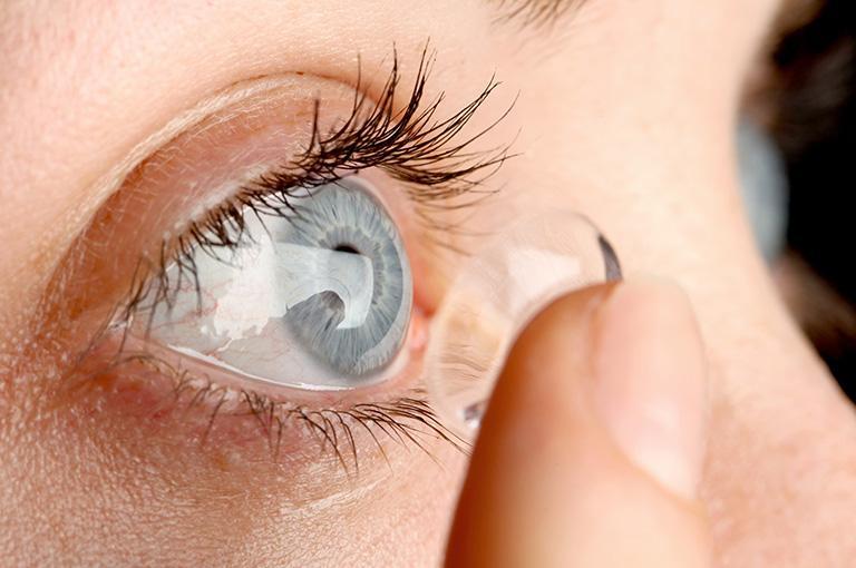 nakładanie soczewki kontaktowej